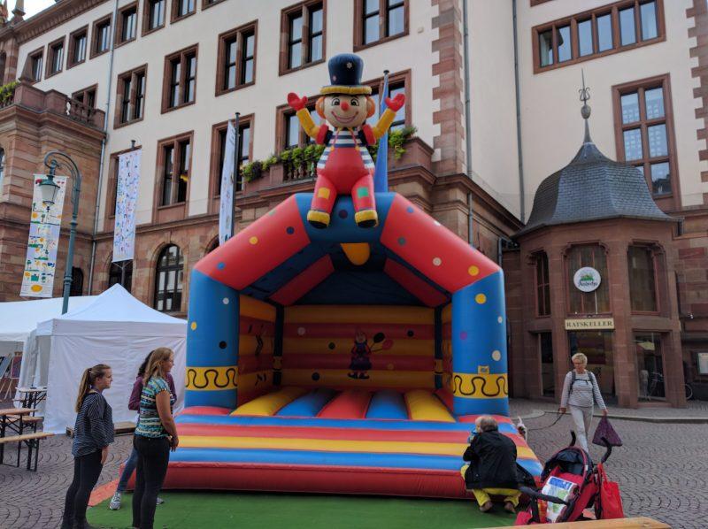 Hüpfburg auf dem Fest für Körper und Sinne in Wiesbaden