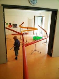 Die Riesen Kugelbahn in einem Kindergarten