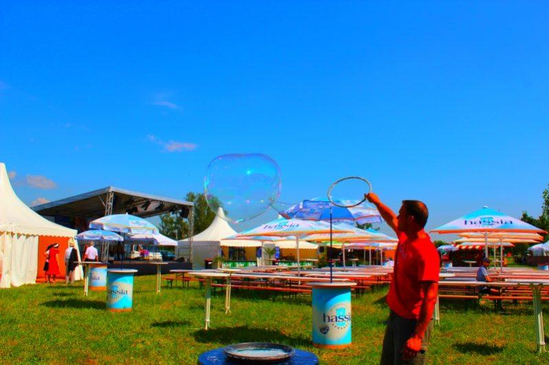 riesenseifenblasen Künstler auf einem Fest
