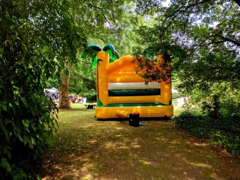 Dschungel Hüpfburg für Kinder bei einem Sommerfest im Rheingau