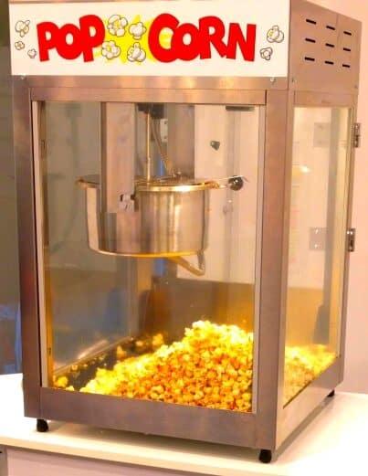 Popcornmaschine auf Messetheke