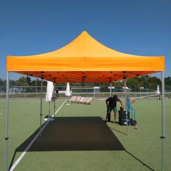Pavillon Aufbau bei einem Sportplatzfest