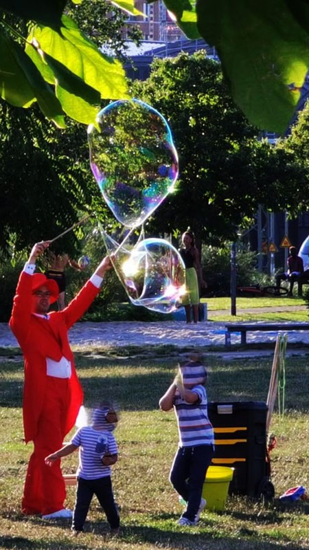 Seifenblasenkünstler im Park