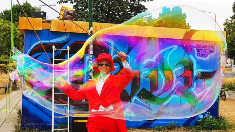 Riesen Seifenblasen vor Graffiti